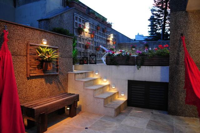 escadas externas jardim : escadas externas jardim: nosdegraus da escada; Luminárias tipo arandelas no jardim vertical