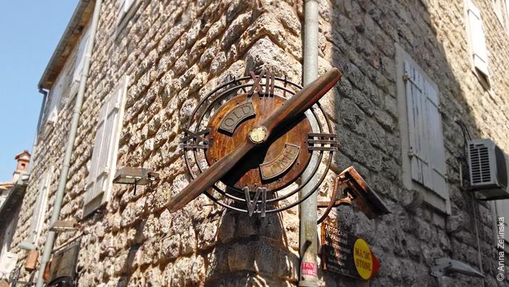 Оригинальные часы в Старом городе, Будва, Черногория