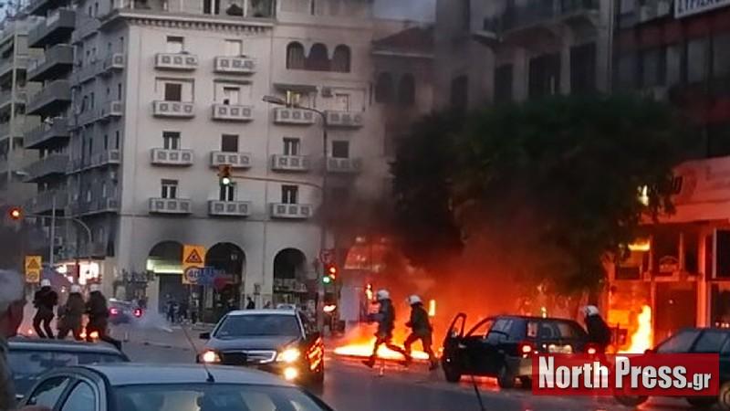 Θεσσαλονίκη: Πανικός-περαστικοί τρέχουν να σωθούν από τις μολότοφ (ΝΕΟ ΒΙΝΤΕΟ)