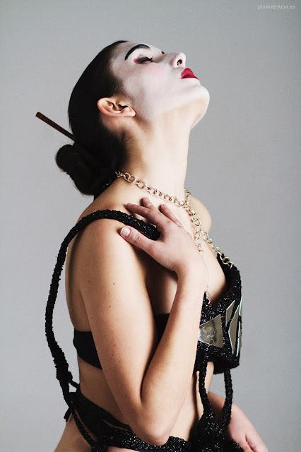 vestido negro y cristal detalle ojuilla