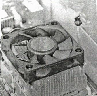 Mengaitkan besi pengaman pada socket prosesor