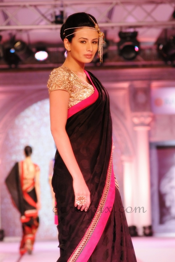 Models-ramp-walk-black-Rajguru-sarees