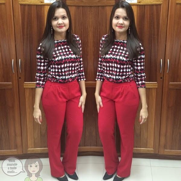 Calça vermelha e blusa estampada