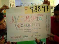 La imagen muestra un mural con el cupón y el número ficticio 98897