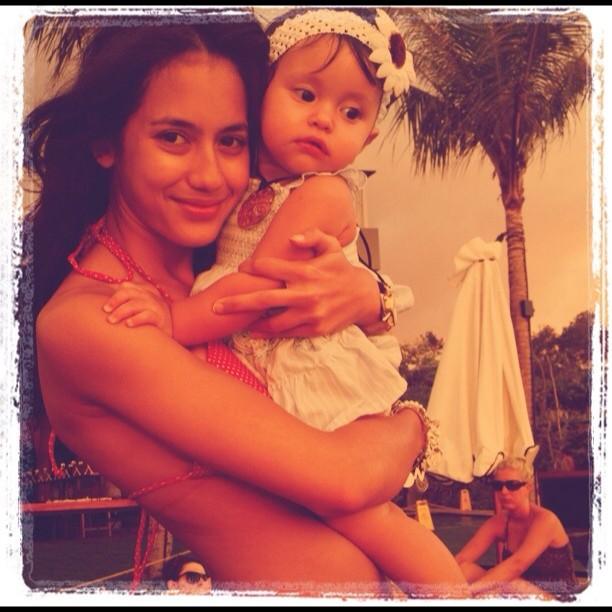 foto pevita pearce bikinian gendong bayi foto pevita
