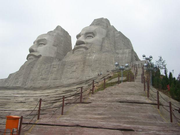Statue koje oduzimaju dah Tallest-statues-world-emperors-yan-huang-china+(2)