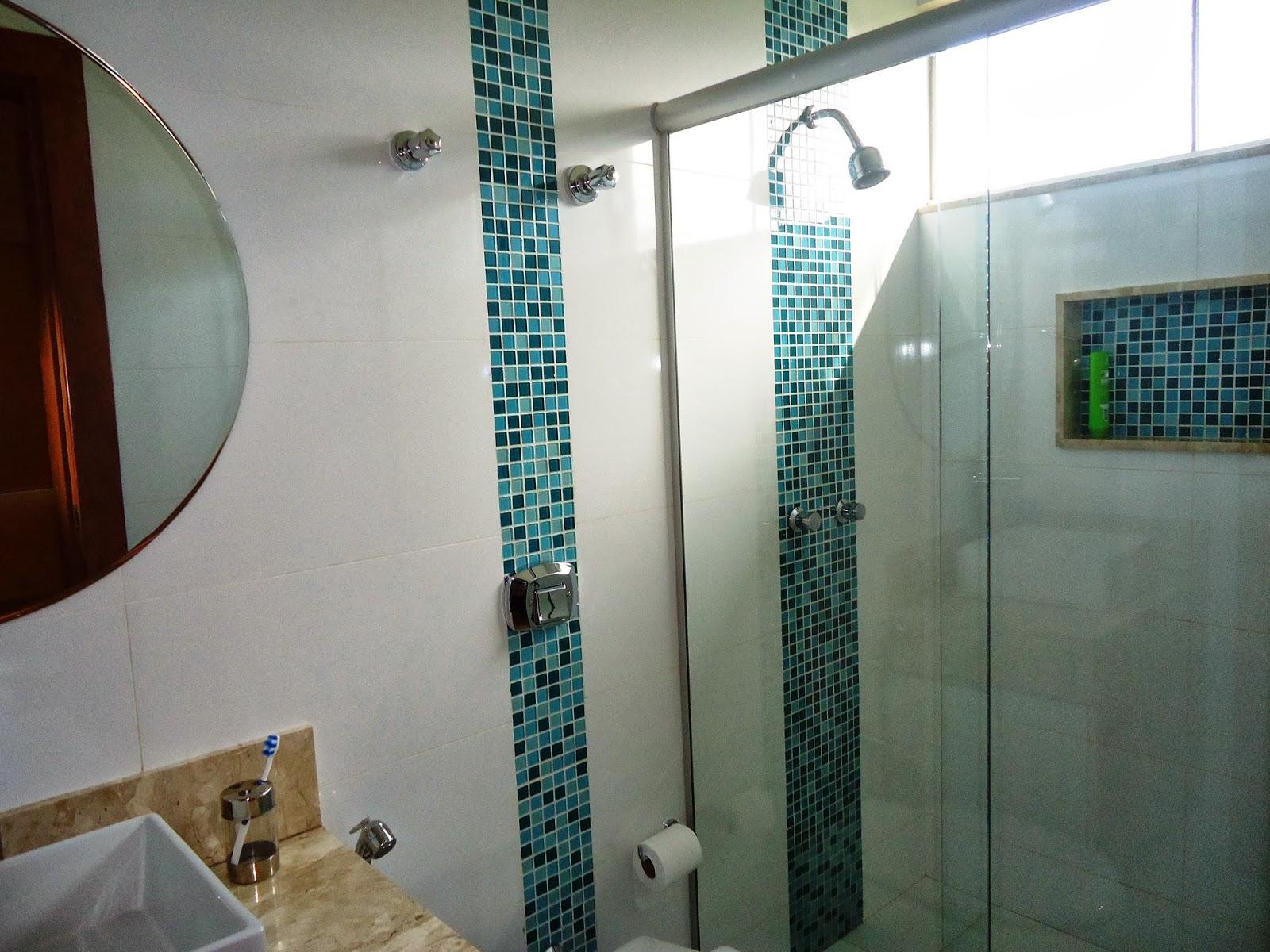 Detalhes dos revestimentos em pastilha: Banheiro Suíte 3 #64432B 1600x1200 Banheiro Com Detalhes Em Pastilhas