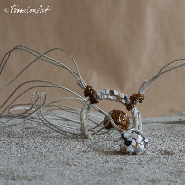 Collana in corda, gommalacca e frammenti di conchiglie