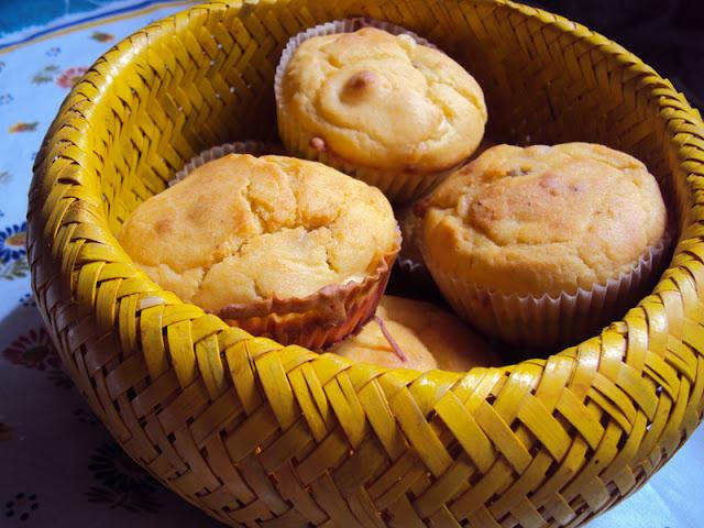 Wytrawne muffinki z boczkiem i serem żółtym