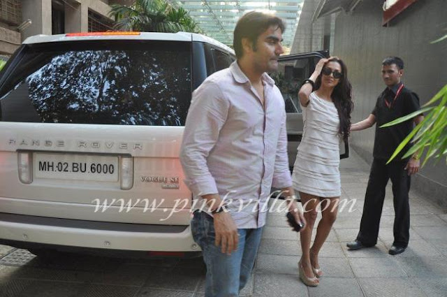 Arbaaz and maliaka getting out of ramge rover - (3) -  Arbaaz Malaika go to see Shilpa shetty at hospital