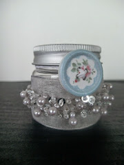 Glas med perler og knap / Jar with Pearls and Button
