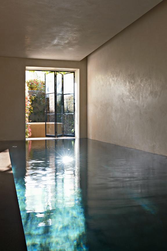 Schwimmbad in Minimalismus