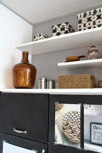 Tafellack Schrank mit weißen Regalbretter darüber Deko mit schwarz weiß holzfarben