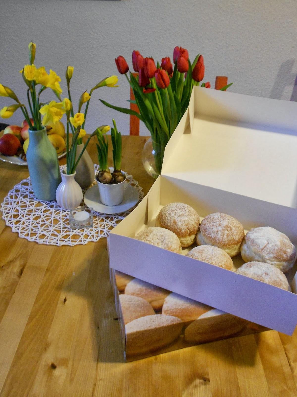 frische Frühlingsblumen und noch frischere Berliner