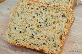 Ot kromka chleba z prosem i czarnuszką.