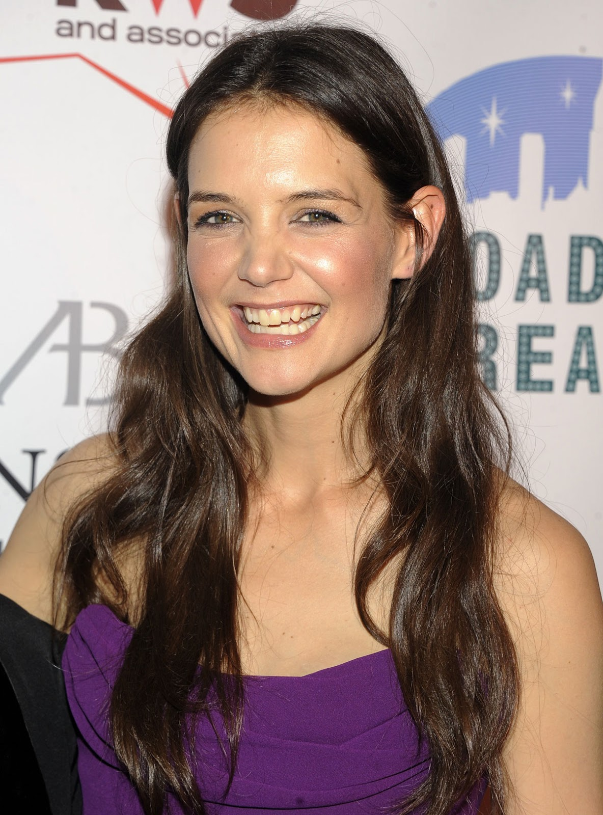 http://3.bp.blogspot.com/-HC24zZBNUCQ/UOCrsnX_k-I/AAAAAAAANWQ/3qrQJUBudVU/s1600/KATIE-HOLMES-at-The-Broadway-Dreams-Foundations-Gala-in-New-York-2.jpg