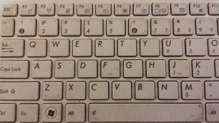 Menghilangkan Debu dari Keyboard Laptop