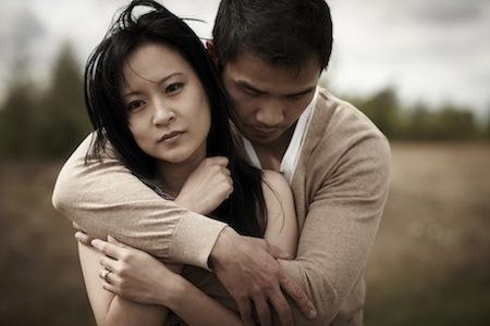 اشارات تدل ان مشاعرك تغيرت تجاه حبيبك  - زوجان تعساء - sad asian couple