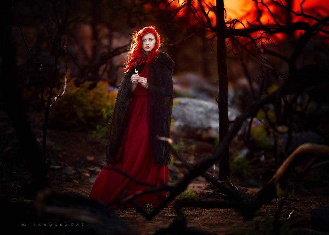 photo de Lisa Holloway représentant une femme rousse habillé en petit chaperon rouge dansune foret sur un couché de soleil
