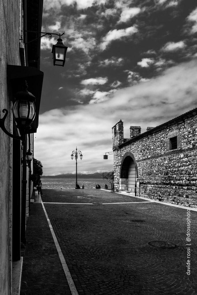 Lazise - La vecchia dogana e il lago di Garda sullo sfondo