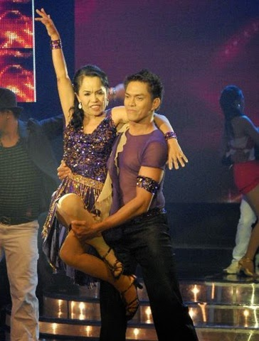 Aling Dionisia showing her dance moves