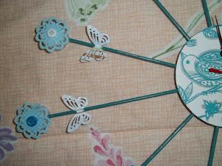 relógio feito de tampinhas de garrafa pet para decoração