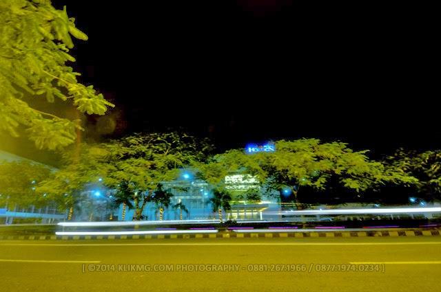 MALAM HARI DI JALAN DOKTER ANGKA PURWOKERTO DI DEPAN SEBUAH HOTEL BERBINTANG - Photo by. KLIKMG.COM Photography (Photographer Purwokerto / Photographer Banyumas / Photographer Indonesia)   KLIKMG.COM Photography Purwokerto - ( Photographer Purwokerto / Photographer Banyumas / Photographer Indonesia ) :: Sebelum menuju ke Bunderan Air Mancur Berkoh, saya dan keluarga sempat mampir sejenak di Jalan Dokter Angka Purwokerto untuk mencoba membekukan tarian cahaya di depan sebuah hotel berbintang yang ada di tempat ini. Jadi ! :) dibawah inilah hasilnya.