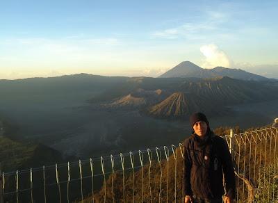 Gunung Bromo dan Gunung Batok dengan Latar Gunung Semeru Dilihat dari Puncak Penanjakan