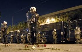 Έκτακτο γεγονός: Εισβολή και σύλληψη στα γραφεία της Χρυσής Αυγής χωρίς εντολή εισαγγελέα