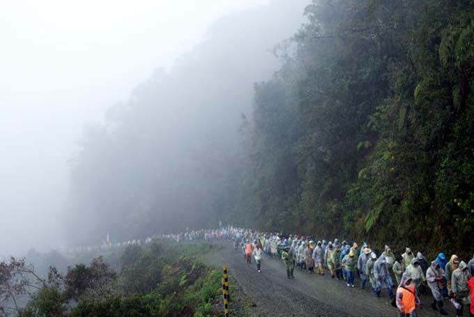 Indígenas bolivianos marcham para protestar contra estrada construída pela OAS