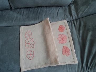Toalhinha de bandeja com aplique de flores