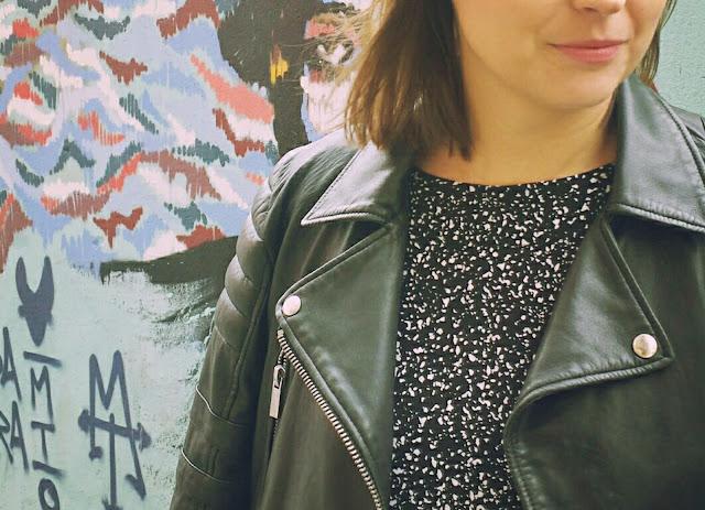 Siempre es una buena inversión una cazadora de piel, sobretodo una biker que son atemporales y dan mucho juego a muchos outfits.