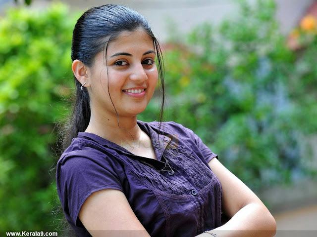 Nimisha Suresh navel
