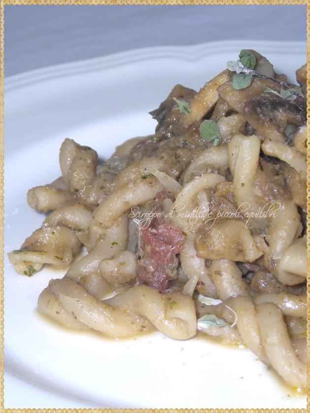 Pasta con salsicce e crema di funghi champignon e maggiorana