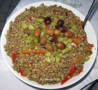 Insalata fredda di lenticchie, verdura fresca e conservata