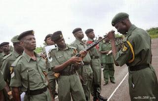 смешная картинка: Африканский солдат глядя через винтовку