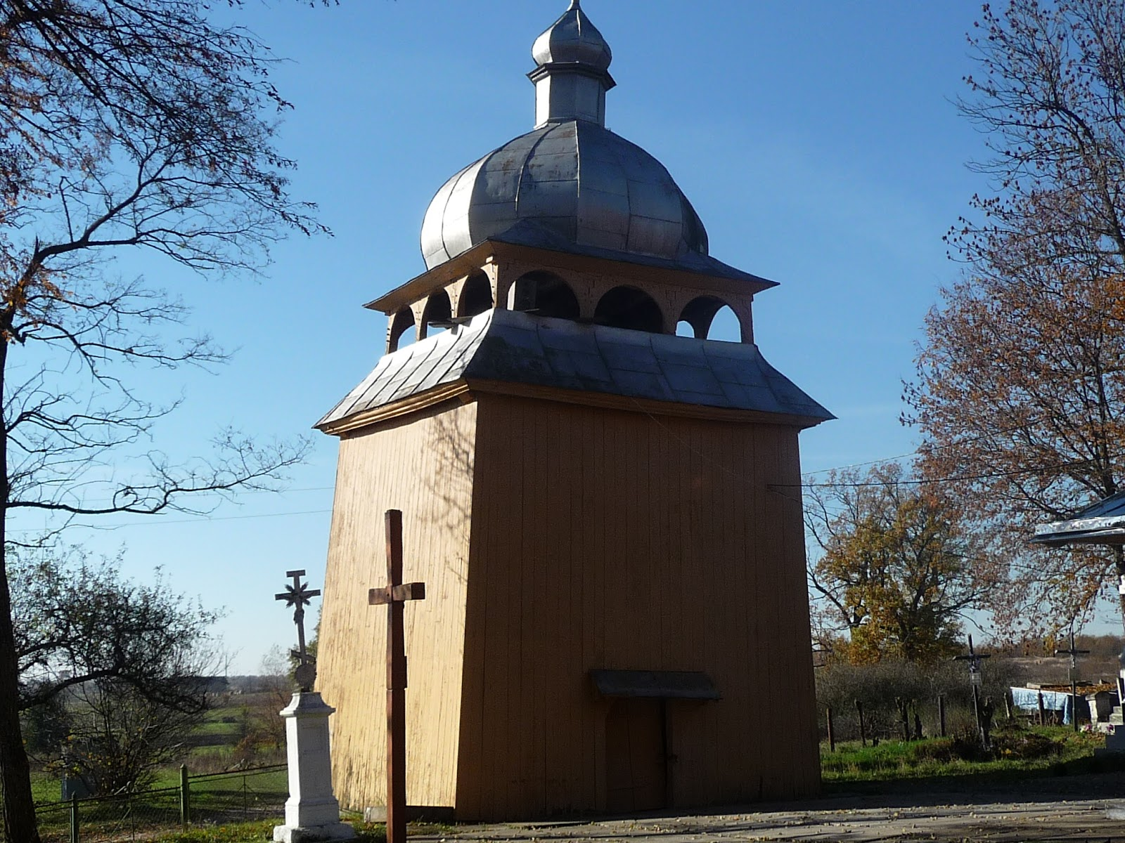 Добровляны Дрогобычского района. Территория церкви Покрова Пресвятой Богородицы