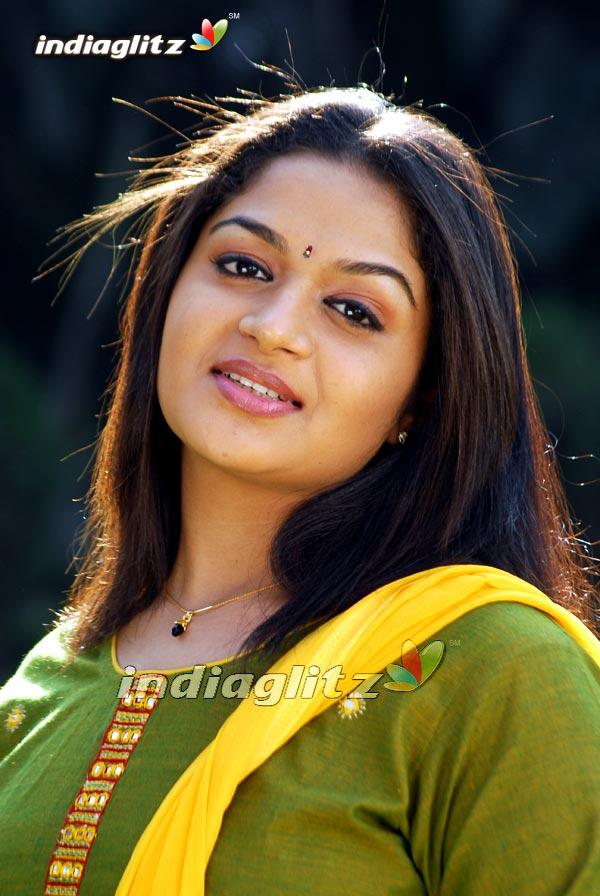 HOT INDIAN ACTRESS: karthika malayalam actress hot new
