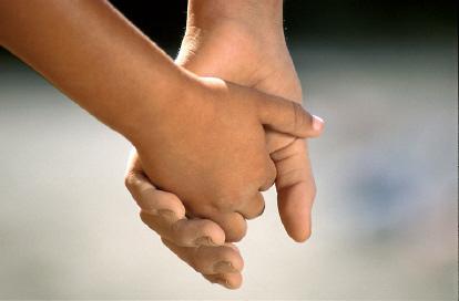 Children holding hands02