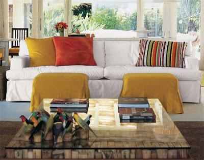 Almofadas coloridas e listradas