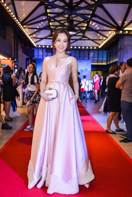 Trên thảm đỏ buổi ra mắt phim Veteran tại TP HCM, Angela Phương Trinh cũng chọn đầm Lê Thanh Hòa và được khen ngợi bởi nét duyên dáng, ngọt ngào như nàng công chúa kiều diễm.