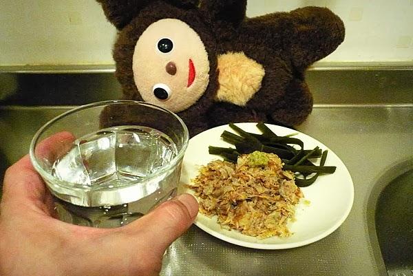 出し殻の昆布と削りぶしは料理しながら飲む酒の肴にする