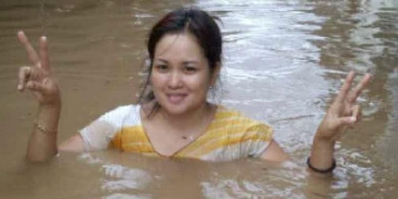 Foto Cewek Cantik Banjir Manado 2014