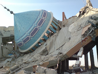 merobohkan masjid