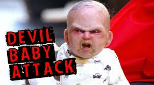 Bambino indemoniato terrorizza i passanti - immagini