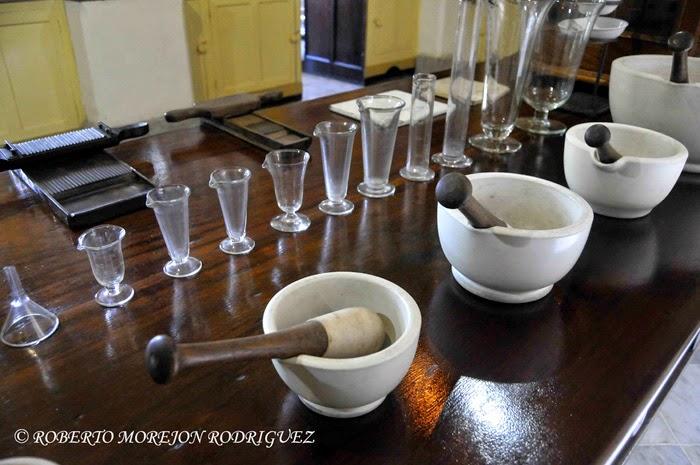 Equipos en la mesa dispensarial de la rebotica del  Museo Farmacéutico Ernesto Triolet, en la ciudad de Matanza, Cuba.
