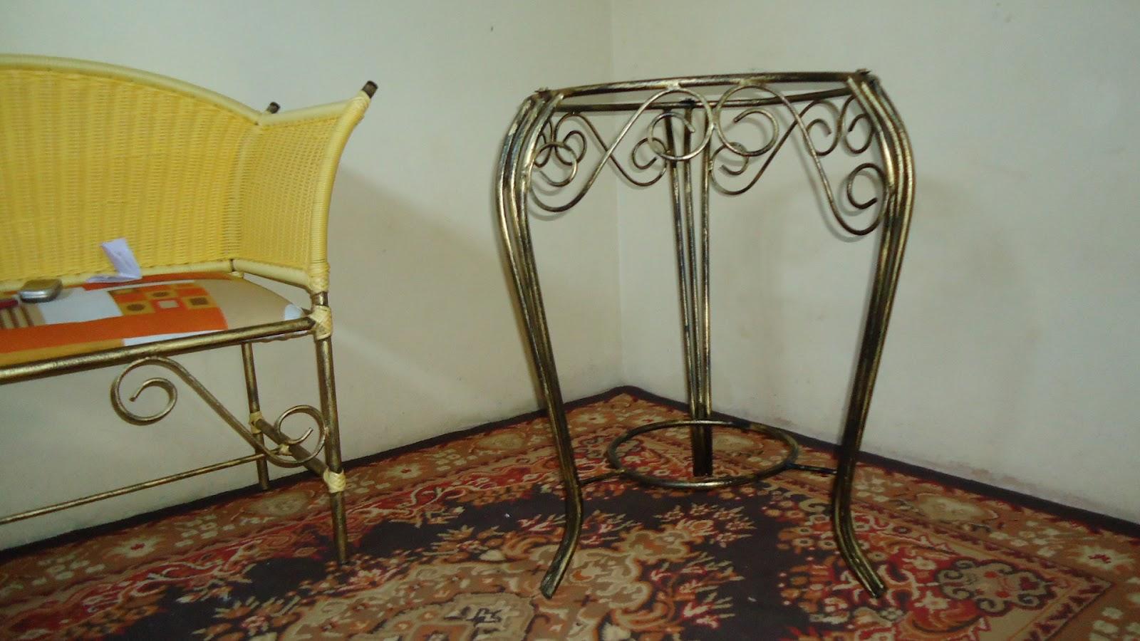 mesa de canto feita de ferro e pintada com ouro #988833 1600x900