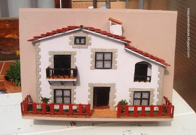 Fachada de la maqueta de una casa en cuadro en relieve