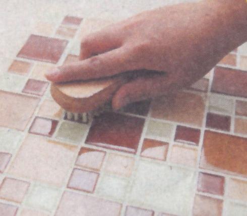 Setelah nat kering, (sekitar 2 jam) sikat permukaan mozaik, bersihkan