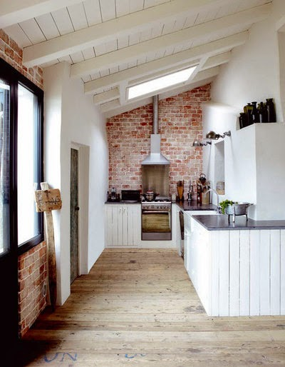 Kuchnia i jadalnie, kuchnia otwarta, biel, w bieli, styl skandynawski, scandinavian style, big windows, jasne barwy, cegła, white, Loft,
